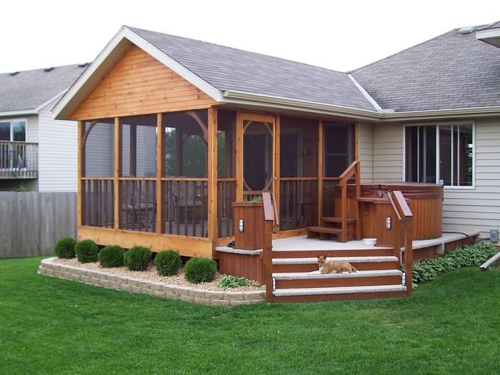 деревянная пристройка возле дома